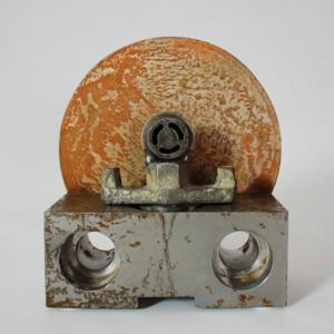 Heidrun Wettengl: Om, Schrotteile und Blech, 19x18x7 cm, 2015. Alle Rechte vorbehalten.