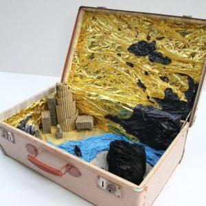 Heidrun Wettengl: One World, Mixed Material im Koffer, 52x60x46 cm, 2015. Alle Rechte vorbehalten.