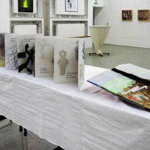 Heidrun Wettengl: Ausstellung Vielerlei (Büchertisch), 2017; Alle Rechte vorbehalten.