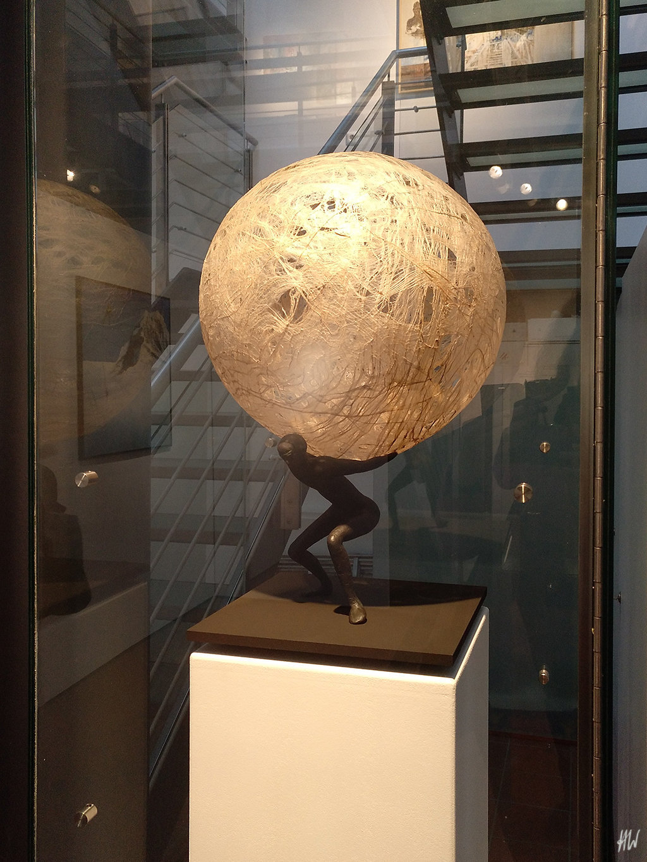 Heidrun Wettengl: Atlas (Ausstellungsansicht), Bronze und Kozofasern, 58x36x36 cm, 2016. Alle Rechte vorbehalten.