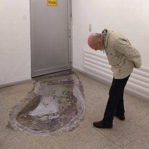 Heidrun Wettengl: Ausgang Not (Ansicht 2), begehbarer Bodenaufkleber, 305x133 cm, 2019. Alle Rechte vorbehalten.