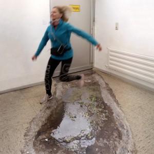 Heidrun Wettengl: Ausgang Not (Ansicht 4), begehbarer Bodenaufkleber, 305x133 cm, 2019. Alle Rechte vorbehalten.